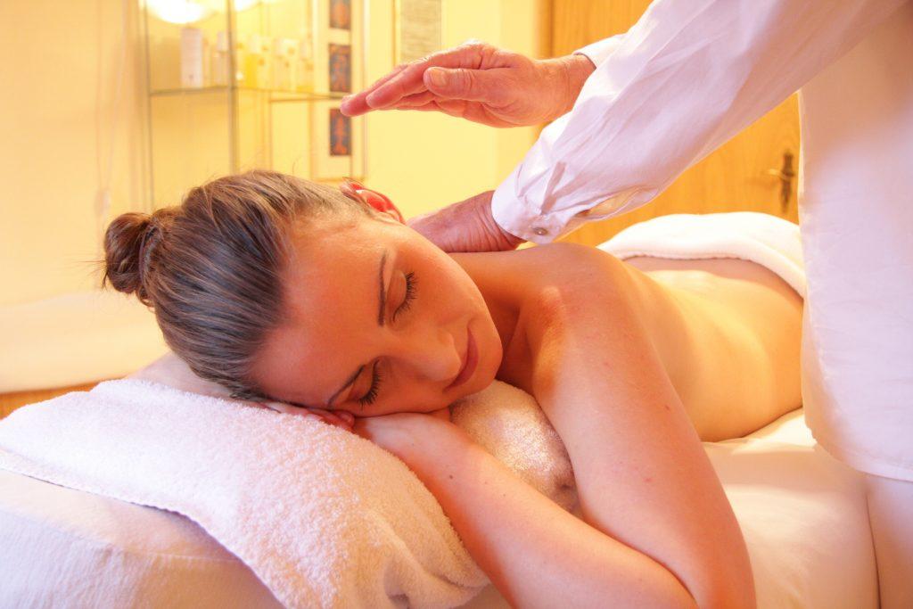 Masaje corporal con aceites esenciales